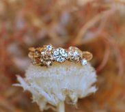 『ユリとバラ』がテーマの婚約指輪