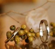 シンプルなミル打ちの結婚指輪