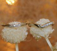 お二人の女性が選んだV型の結婚指輪