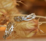 『リース』がモチーフの結婚指輪