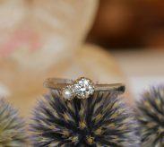 パールが特徴的な婚約指輪