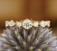 7個のダイヤを使用した婚約指輪