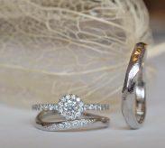 メインダイヤの周りとアームにもメレダイヤを施したゴージャスなデザイン