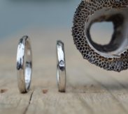 半分ずつデザインの異なる2WAY仕様のリング
