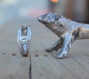 ゴージャスな輝きを放つアシンメトリーのダイヤモンドリング
