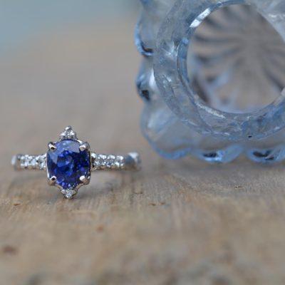 鮮やかなブルーが美しいサファイアのリング