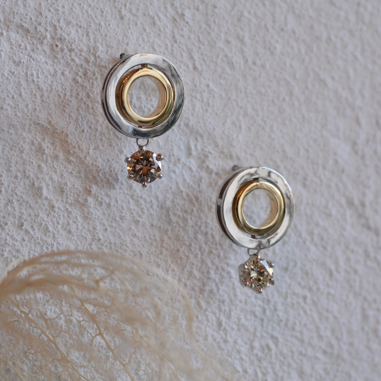 2つの輪で絆をデザインしたピアス