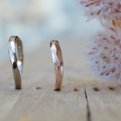 ひし形の中のダイヤが愛らしいリング