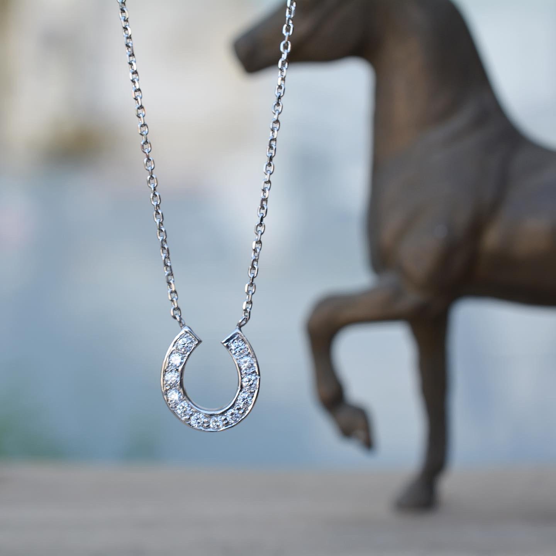 ダイヤの馬蹄ネックレス